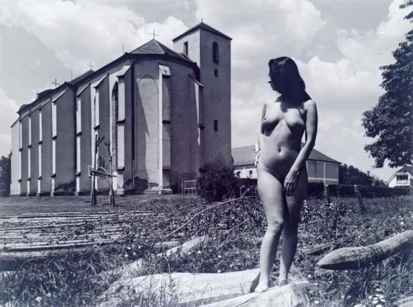 Akt templom előtt 2004.
